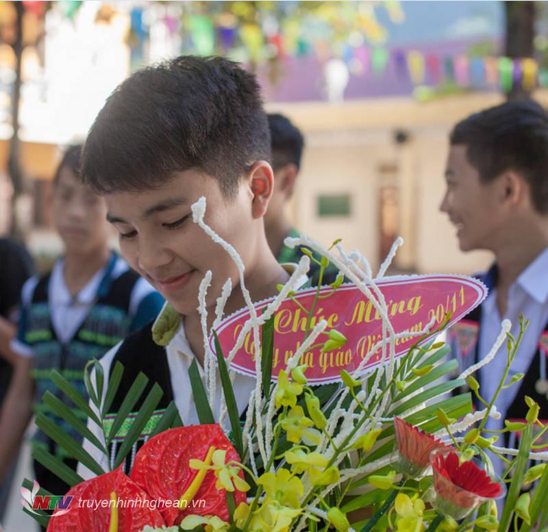 Học sinh vùng biên: hoa tặng thầy cô
